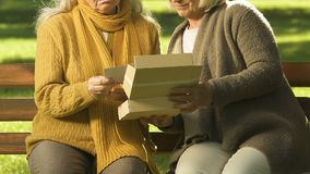 Foto de observación de las mujeres mayores infelices junto, recordando a parientes, pérdida metrajes