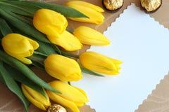 Foto de papel de tarjetas del regalo de los tulipanes del día de tarjetas del día de San Valentín imagen de archivo libre de regalías