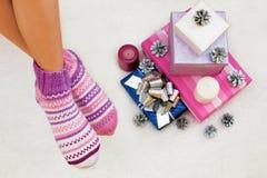 Foto de pies con los calcetines de la Navidad, el punto de visión superior y el christma Foto de archivo libre de regalías