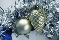Foto de plata del ornamento de la Navidad Bola del juguete del árbol de navidad y cono del pino Fotografía de archivo