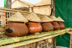 Foto de potenciômetros da água potável, cultura de Myanmar foto de stock royalty free