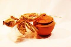 A foto de pratos da argila imagem de stock
