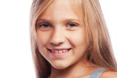 Foto de rir a menina feliz bonita que olha o isolado da câmera imagens de stock