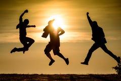 Foto de salto del siluate de la amistad Foto de archivo
