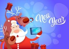 Foto de Santa Claus With Reindeer Making Selfie, cartão do feriado do Natal do ano novo Foto de Stock Royalty Free
