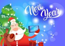 Foto de Santa Claus With Reindeer Making Selfie, cartão do feriado do Natal do ano novo Fotografia de Stock