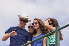 Foto de Selfie del grupo de los adolescentes Foto de archivo