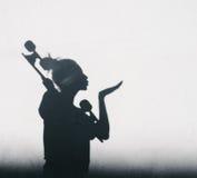 Foto de sombras de la muchacha con un monopatín Fotografía de archivo libre de regalías
