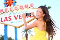 Foto de tomada feliz da mulher do turista do sinal de Las Vegas fotografia de stock royalty free