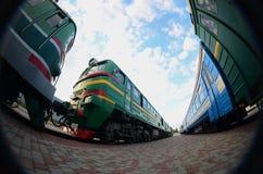 Foto de trens bondes modernos da produção do russo A distorção forte do fisheye len fotografia de stock royalty free