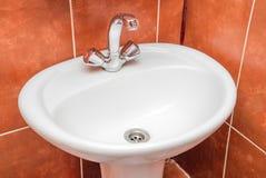 A foto de um dissipador em um banheiro imagem de stock