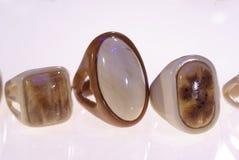 Foto de um grupo dos anéis de madeira fotos de stock