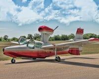 Foto de um plano pequeno em uma pista de decolagem com as nuvens no céu fotos de stock royalty free