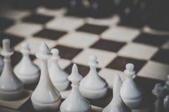 Foto de um tabuleiro de xadrez com figuras em um tom escuro imagem de stock royalty free