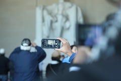Foto de um telefone que toma uma foto de Lincoln Memorial em uma CTOC imagem de stock
