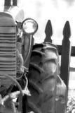 Foto de um trator velho em preto e branco Fotografia de Stock Royalty Free