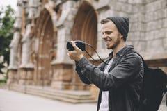 A foto de um turista que goste de tomar imagens da cidade ajardina Fotografia de Stock Royalty Free