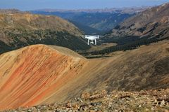 Foto de um voo do zangão acima das montanhas de Colorado imagens de stock