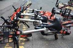 A foto de uma coleção da partilha de ciclo despejada de Mobike bikes na imagem de stock royalty free