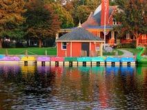Foto de uma fileira de barcos coloridos brilhantes em uma lagoa imagens de stock royalty free