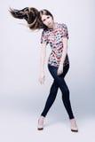 Foto de uma jovem mulher na calças de ganga Imagens de Stock Royalty Free