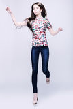 Foto de uma jovem mulher na calças de ganga Fotografia de Stock Royalty Free