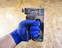 Foto de uma mão do trabalhador com grampeador fotografia de stock royalty free
