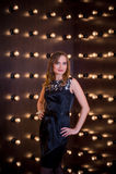 Foto de uma moça em torno da pluralidade de lâmpadas Fotografia de Stock Royalty Free