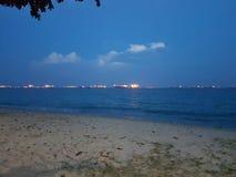 Foto de uma praia na noite imagem de stock