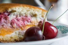 Foto de uma torta da cereja Fotos de Stock Royalty Free