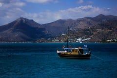Foto de un barco delante de las montañas imágenes de archivo libres de regalías