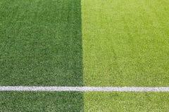 Foto de un campo de deportes sintético verde de la hierba con la línea blanca sh Imagen de archivo
