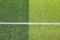 Foto de un campo de deportes sintético verde de la hierba con la línea blanca sh Foto de archivo libre de regalías