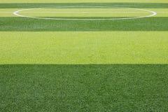 Foto de un campo de deportes sintético verde de la hierba con la línea blanca sh Fotos de archivo libres de regalías