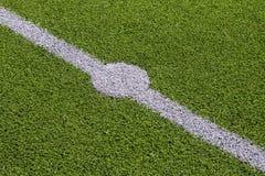 Foto de un campo de deportes sintético verde de la hierba con la línea blanca sh Fotografía de archivo libre de regalías