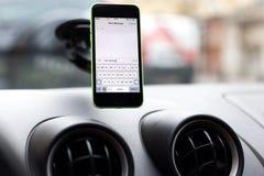 Foto de un iphone fijado encendido Foto de archivo