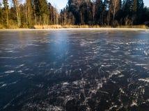Foto de un lago congelado en un día del otoño Fotografía de archivo