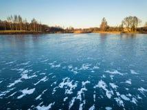 Foto de un lago congelado en un día del otoño Imagen de archivo