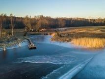 Foto de un lago congelado en un día del otoño Imágenes de archivo libres de regalías