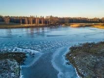 Foto de un lago congelado en un día del otoño Fotos de archivo libres de regalías