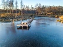 Foto de un lago congelado en un día del otoño Imagenes de archivo