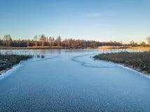 Foto de un lago congelado en un día del otoño Imagen de archivo libre de regalías