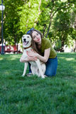 Foto de una chica joven con el perro Fotos de archivo libres de regalías