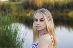 Foto de una chica joven hermosa con los ojos azules imagenes de archivo