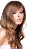 Foto de una mujer atractiva atractiva con el pelo marrón largo hermoso Foto de archivo libre de regalías