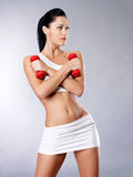 Foto de una mujer joven del entrenamiento sano con pesas de gimnasia Fotografía de archivo libre de regalías