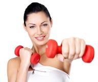 Foto de una mujer joven del entrenamiento sano con pesas de gimnasia Fotos de archivo libres de regalías