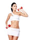 Foto de una mujer joven del entrenamiento sano con pesas de gimnasia Fotografía de archivo