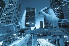 Foto degli edifici per uffici commerciali esteriori Vista di notte a bot Immagini Stock Libere da Diritti