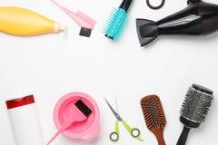 Foto degli oggetti per il parrucchiere, fon, pettine, elastico per capelli, forbici isolati Fotografia Stock